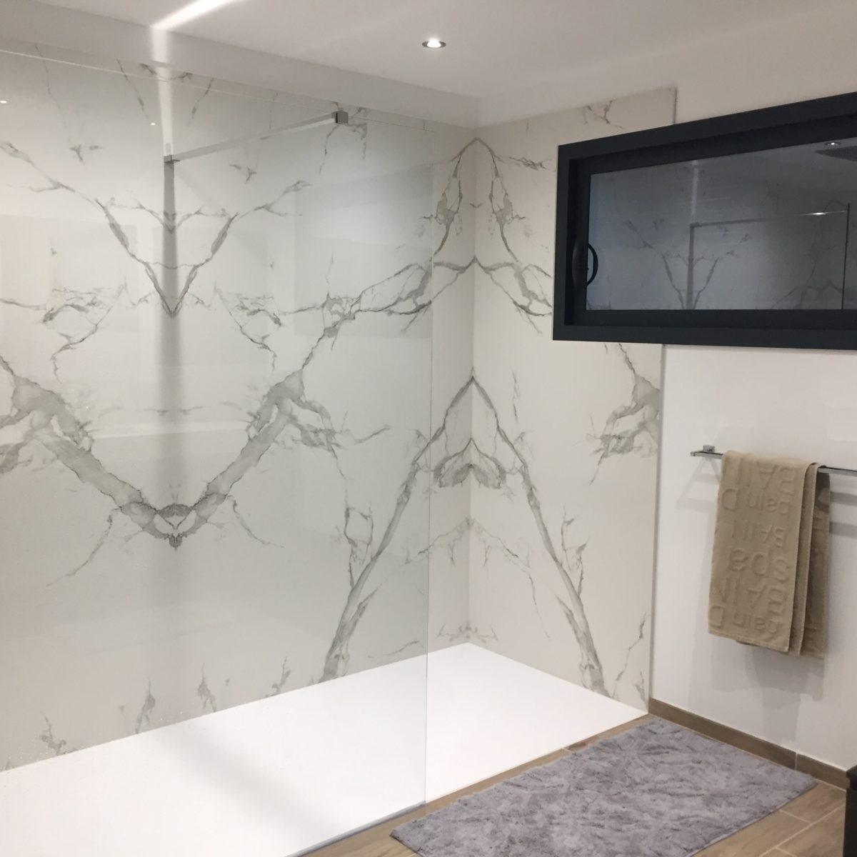 Salle de bain en DEKTON AURA BOOKMATCH